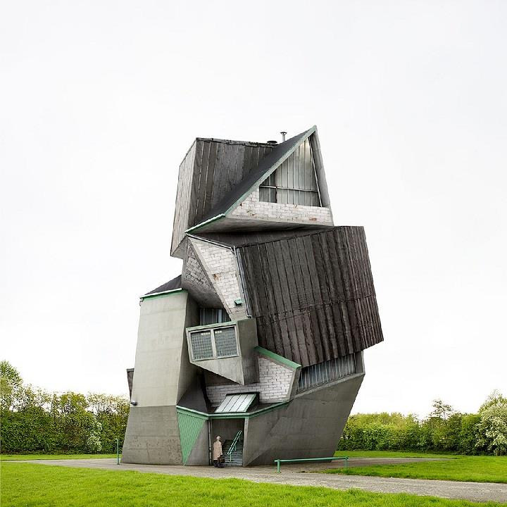 Filip Dujardin - deformed house