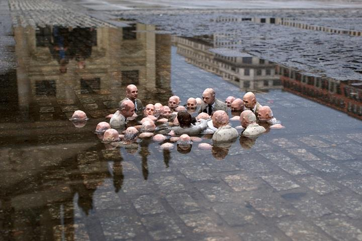 Isaac Cordal - follow the leaders