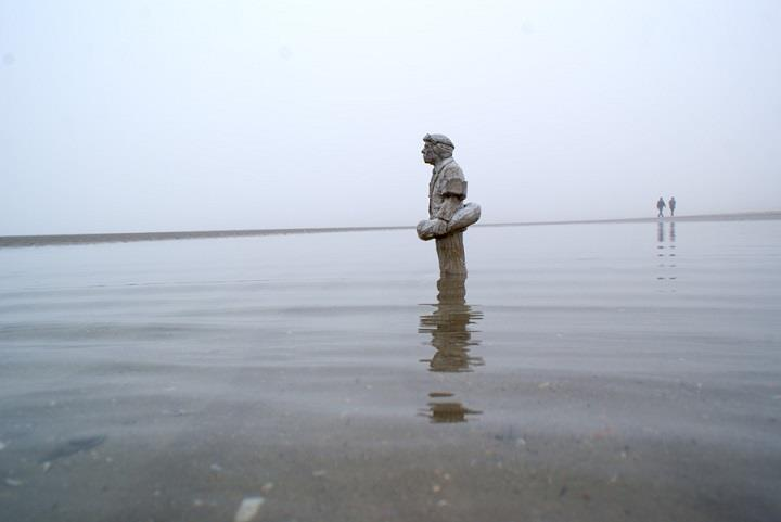 Isaac Cordal - miniature figure in water