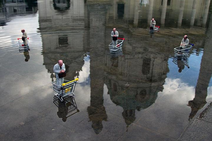 Isaac Cordal - water installation